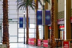 Interno dell'arena O2 con le barre ed i ristoranti immagini stock