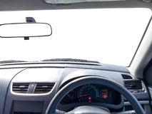 Interno dell'automobile della guida a destra, specchio di vista frontale fotografia stock libera da diritti