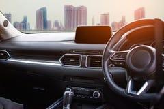 Interno dell'automobile nella città per il cliente che usando carta da parati o nel fondo per il trasporto automobilistico con l' fotografie stock