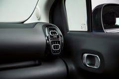 Interno dell'automobile: Sfiatatoi e maniglia di porta moderni immagini stock libere da diritti