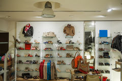 Interno dell'deposito di scarpe e dell'abbigliamento casual Fotografia Stock