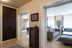 Interno dell'entrata dell'appartamento in vista delle stanze fotografia stock