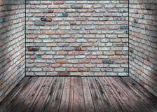 Interno dell'estratto con il vecchio muro di mattoni ed il pavimento di legno Fotografia Stock Libera da Diritti