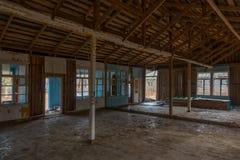 Interno dell'finestre rotte di costruzione abbandonate Immagini Stock Libere da Diritti