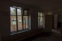 Interno dell'finestre rotte di costruzione abbandonate Fotografia Stock Libera da Diritti