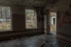 Interno dell'finestre rotte di costruzione abbandonate Fotografia Stock