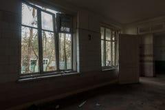 Interno dell'finestre rotte di costruzione abbandonate Immagini Stock