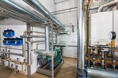 Interno dell'industriale, casa della caldaia a gas con molte caldaie a fotografia stock