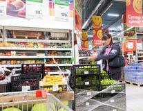 Interno dell'ipermercato Karusel Uno di più grande rivenditore Immagini Stock