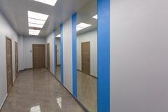 Interno dell'ufficio tipico - corridoio vuoto - senza mobilia dopo costruzione, revisione, ritoccare, ricostruente immagine stock libera da diritti