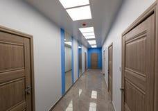 Interno dell'ufficio tipico - corridoio vuoto - senza mobilia dopo costruzione, revisione, ritoccare, ricostruente fotografia stock libera da diritti