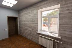 Interno dell'ufficio tipico - stanza vuota - senza mobilia dopo costruzione, revisione, ritoccare, ricostruente, casa immagini stock libere da diritti