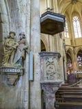 Interno della basilica della nostra signora, Basilique Notre-Dame in Avioth, Francia - un gruppo del XIV secolo della scultura Ec fotografie stock libere da diritti