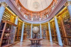 Interno della biblioteca di Pannonhalma, Pannonhalma, Ungheria fotografie stock libere da diritti