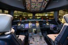 Interno della cabina di pilotaggio di aerei di Airbus A380 degli emirati Fotografia Stock Libera da Diritti
