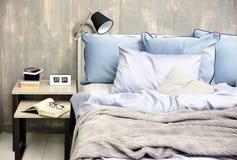 Interno della camera da letto con il letto ed il comodino Immagini Stock