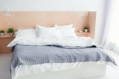 Camera Da Letto Grigio Chiaro : Interno della camera da letto con il letto grigio fotografia stock