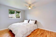 Interno della camera da letto con il letto bianco comodo Fotografia Stock Libera da Diritti