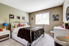 Interno della camera da letto con il letto della struttura del ferro Fotografia Stock Libera da Diritti