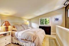 Interno della camera da letto con il soffitto arcato Immagini Stock
