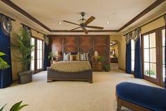 Interno della camera da letto con il ventilatore da soffitto Immagine Stock Libera da Diritti