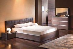 Interno della camera da letto con letto matrimoniale immagini stock
