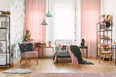 Interno della camera da letto del ` s della ragazza di rosa pastello fotografia stock libera da diritti