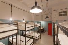 Interno della camera da letto dell'ostello Pulisca i letti e le lampade della luce intensa Fotografia Stock