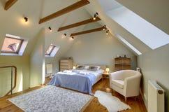 Interno della camera da letto della soffitta Fotografia Stock