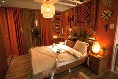 Interno della camera da letto di colore rosso dentro il deposito di IKEA con mobilia, la decorazione e molti prodotti per la casa fotografie stock libere da diritti