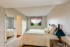 Interno della camera da letto di vecchio stile con le carte da parati Fotografia Stock