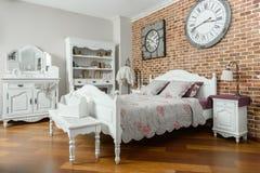 interno della camera da letto leggera moderna con gli orologi sulla parete fotografia stock