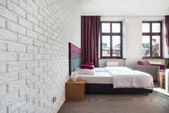 Interno della camera da letto luminosa Fotografie Stock Libere da Diritti