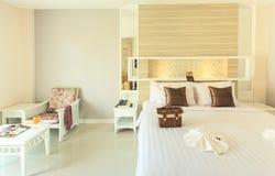 Interno della camera da letto nella nuova casa di lusso immagine stock