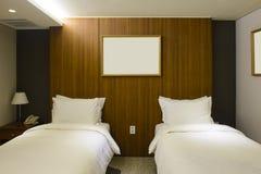 Interno della camera di albergo del letto gemellato fotografia stock libera da diritti