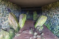 Interno della camera di sepoltura di Barclodiad y Gawres Immagini Stock Libere da Diritti