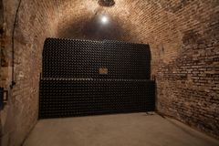 Interno della cantina con le bottiglie di vecchie bottiglie di champagne Immagine Stock