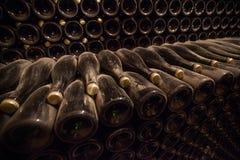 Interno della cantina con le bottiglie di vecchie bottiglie di champagne Fotografie Stock Libere da Diritti