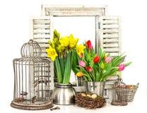 Interno della casa con i fiori della molla e le uova di Pasqua freschi Fotografia Stock