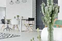 Interno della casa con il muro di mattoni immagine stock