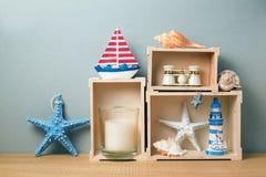 Interno della casa con la decorazione di estate sulla tavola di legno fotografia stock libera da diritti
