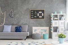 Interno della casa con la decorazione marina immagini stock libere da diritti