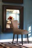 Interno della casa con la sedia di progettazione Fotografie Stock