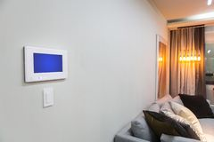 Interno della casa con una regolazione domestica astuta della sezione comandi o del condizionamento d'aria - telecomando fotografie stock