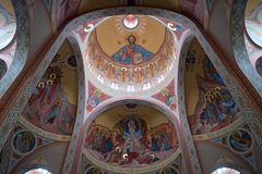 Interno della cattedrale con il soffitto con le pitture religiose Immagine Stock