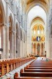 Interno della cattedrale di St Mary il reale di La Almudena Immagine Stock