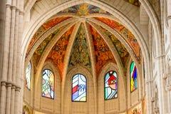 Interno della cattedrale di St Mary il reale di La Almudena a Madrid, Spagna Immagini Stock