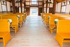 Interno della chiesa con i banchi di chiesa di legno vuoti Immagini Stock Libere da Diritti