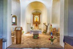 Interno della chiesa con l'altare Immagine Stock