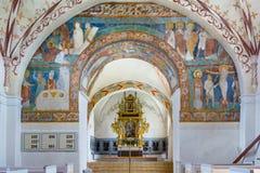 Interno della chiesa con le pitture romaniche antiche Fotografie Stock